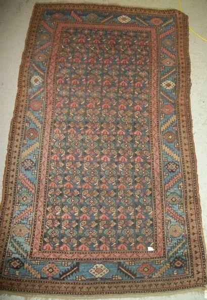 Tapis Nord Ouest de la Perse, fond bleu, dense décor herati de fleurs, bordure bleu...