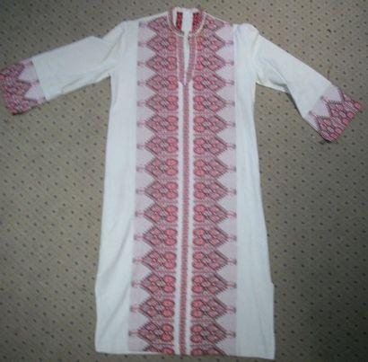 Manteau, Îles Grecques, toile crème brochée en camaïeu rouge de frises de fleurs...
