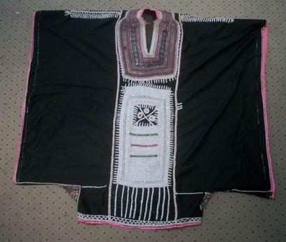 Manteau de bédouin, Yémen, toile noire, plastron et épaules brodés argent, col brodé...