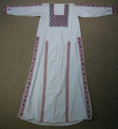 Robe, Europe Balkanique ou Grèce, lin blanc brodé en camaïeu rouge de fleurs, sur...