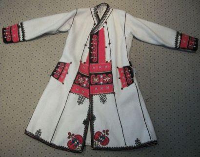 Manteau, Europe Balkanique, milieu XXème siècle, laine ivoire, décor brodé en application...