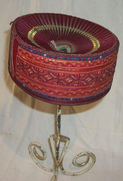 Coiffe Turkmène, satin rouge, plissé et kilim...