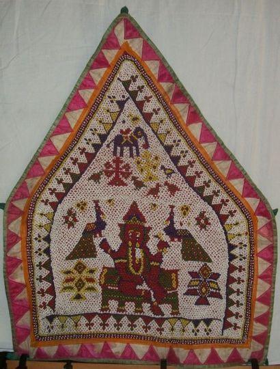 Panneau pyramidal, Inde, brodé en perlé de...