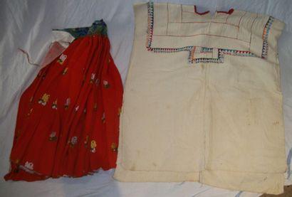 Réunion d'une jupe, Inde, fond rouge, décor...