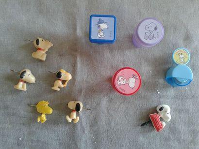 SNOOPY - Lot de punaises, bouchons et petites boites en plastique