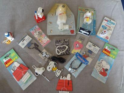 SNOOPY - Lot de 15 objets divers : porte-clés,...