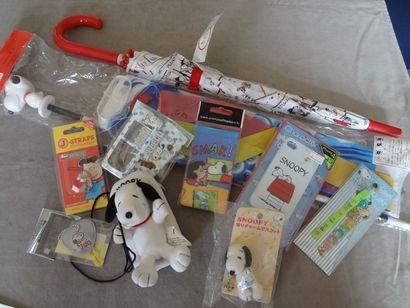SNOOPY - lot de 10 objets divers : parapluie,...