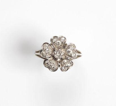 BAGUE « fleur » en platine (850 millièmes)...