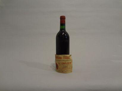 2 Bouteilles - Château Figeac, 1983, 1er GCC B de Saint Emilion (2 étiquettes décollées,...