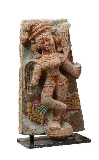 Élément de fresque en grès polychromes, représentant une apsara dans une attitude...