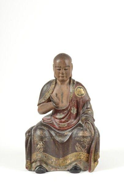 STATUETTE en bois laqué brun et rouge et rehauts d'or, représentant un moine bouddhiste...