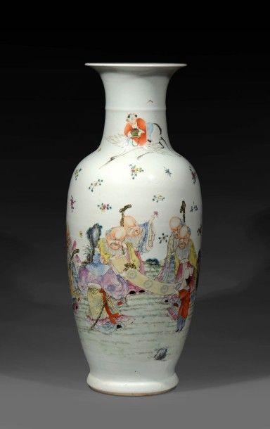 CHINE - VASE en porcelaine à décor polychrome de lettrés  XXe siècle  H : 60 cm