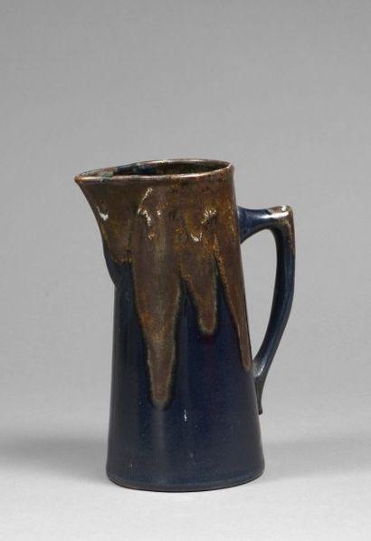 PICHET en grès noir à coulures beiges, signature illisible  Vers 1910  H.: 25 c...