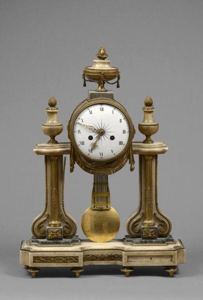 PENDULE PORTIQUE en marbre blanc, marbre bleu turquin et bronze doré, les montants...