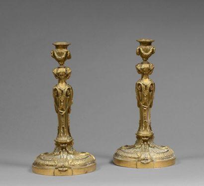 PAIRE DE FLAMBEAUX en bronze doré et ciselé à décor de trois cariatides portant...