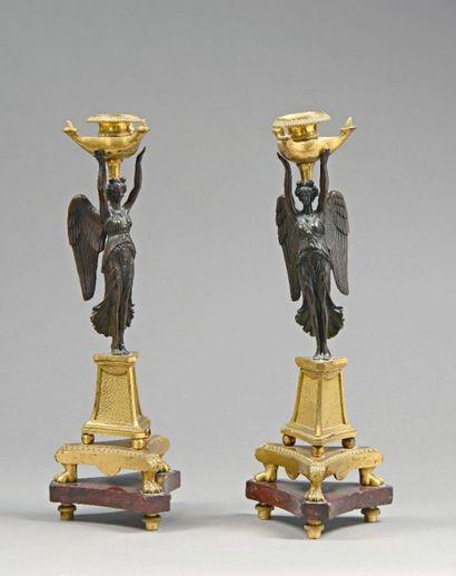 PAIRE GRANDS DE BOUGEOIRS tripodes en bronze...