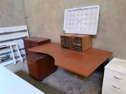 Eléments de mobilier de bureau, accident...