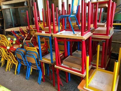 Ensemble de bureaux et chaises d'écoliers,...
