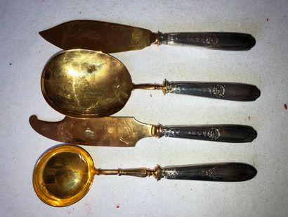 Quatre pièces à servir en métal doré et argent...