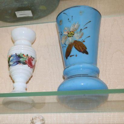 Petit vase en verre opalin blanc à décor...