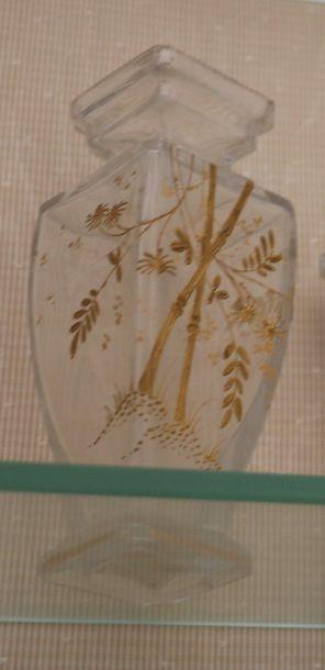 Vase en verre à décor à l'or de branches...