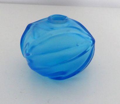 LALIQUE France - Petit vase en cristal bleu....