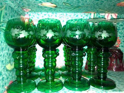Douze verres à vin du Rhin en verre vert
