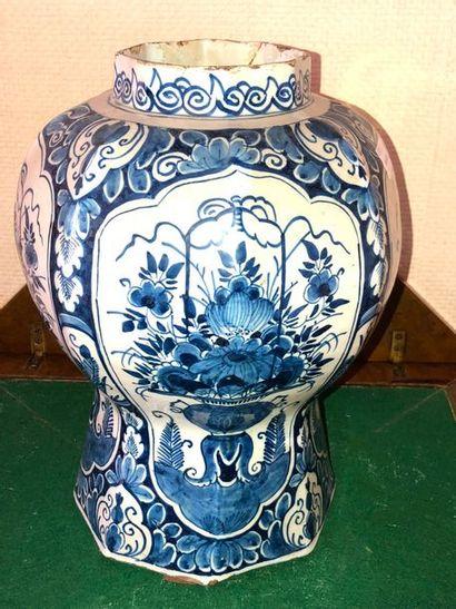 DELFT - Vase en faïence à décor en camaieu...
