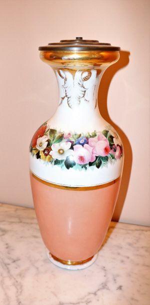 Vase en porcelaine à décor polychrome et...