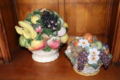 Deux corbeilles à décor fruits et légumes...