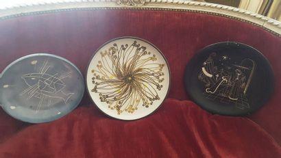 Trois plats en céramique  Deuxième moitié...
