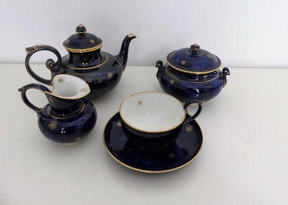 SEVRES - Partie de service à thé en porcelaine...