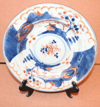 Assiette en porcelaine à décor Imari de fleurs...