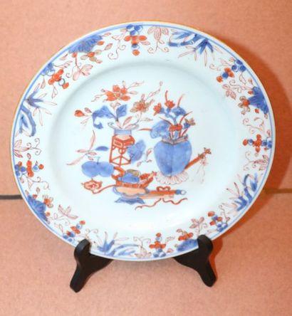 Assiette en porcelaine à décor Imari d'objets...
