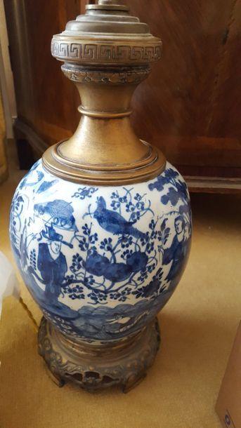 Paire de vases en porcelaine à décor bleu...