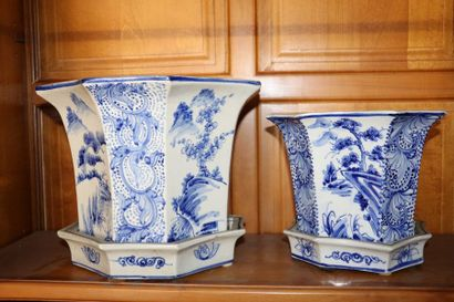 Deux cache pots octogonaux en porcelaine...