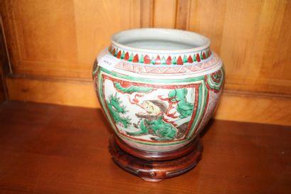 Vase en porcelaine à décor d'émaux de la...