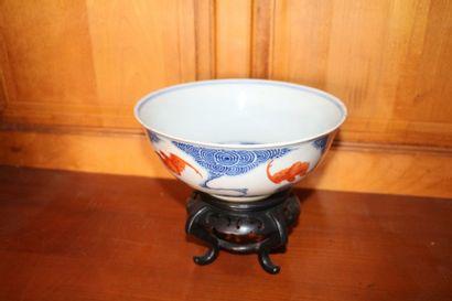 Coupe en porcelaine à décor de chauves-souris...