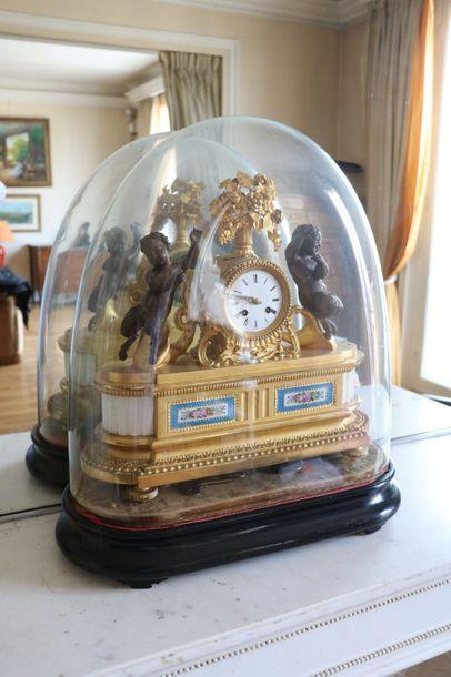 Pendule en bronze doré et plaque en porcelaine...