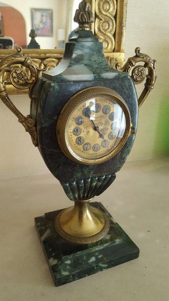 Pendule ecusson en bronze et marbre vert...