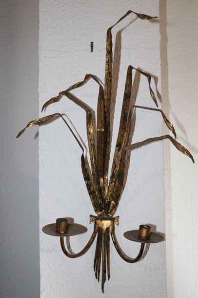 Paire d'appliques en métal doré figurant...