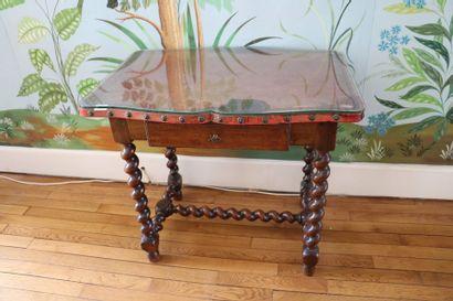 Table à plateau de cuir à quatre pieds tournés...