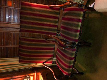 Deux fauteuils en bois naturel mouluré,  Style...