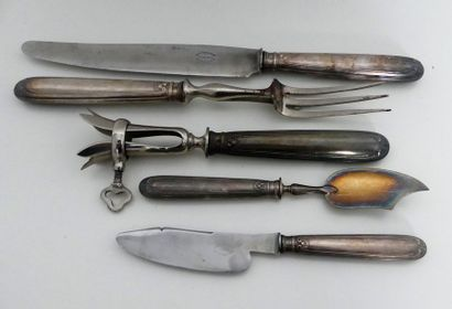 Cinq pièces de service en métal, modèle ...