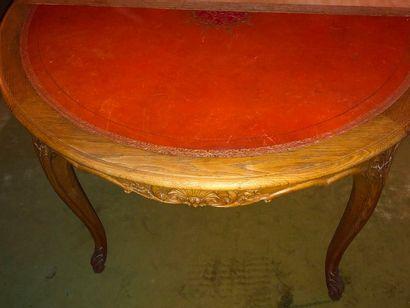 Table ronde en chêne naturel mouluré et sculpté...