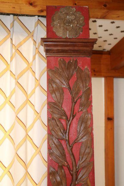 Deux pilastres sculptés de feuilles de laurier,...