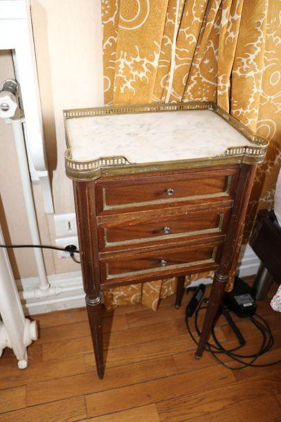 Table de chevet, ouvrant à trois petits tiroirs,...