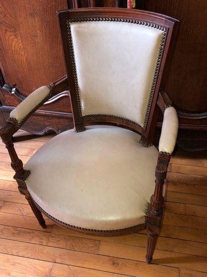 Paire de fauteuils à dossier trapèze et accotoirs...