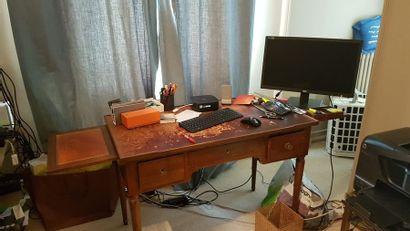 Bureau en bois naturel, ouvrant à trois tiroirs...