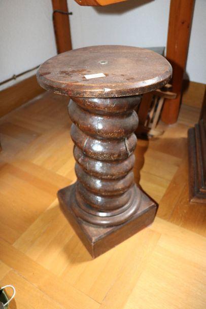 Vis de pressoir en bois formant sellette  H.: 56,5 cm